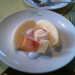 mignon hotel de noel - 朝食には必ずフルーツが一皿付いてきます。今日はリンゴでした。