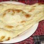 インド家庭料理 サンタナ - ナン。タンドールで焼いた小麦粉を使用したインドのパン。