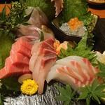 個室地鶏酒場 御蔵 - 御造り五点盛り ほうぼう、中トロ、カンパチ、生しらすイクラのせ、鯛