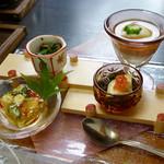 109947064 - 前菜4種(夏野菜のゼリー寄せ、徳島もずく 土佐酢和え、ローストビーフ、クリーム湯葉 オクラ添え)