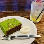 豆こ食堂 やむなし - 本日のベジケーキ。ほうれん草とグリンピースのパウンドケーキ。動物性、添加物、白砂糖不使用。