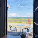 カレーキッチン パンドラ - 窓からはのどかな田園風景