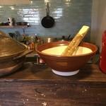 豆こ食堂 やむなし - 味噌汁は2種類の味噌を合わせすり鉢とすりこぎで作っています。
