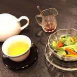 金剛飯店 - まずはお茶とサラダ
