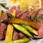 Abond - ステーキ定食、この下にも肉が山ほど。