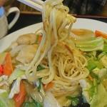 中華専門王飯店 - 「あんかけ焼きそば 塩味」麺はこんな感じ