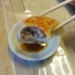 中華専門王飯店 - 「焼き餃子」中はこんな感じ