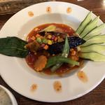 中華バルSAISAI。 - メインの豚肉と野菜のトマトソースかけ。