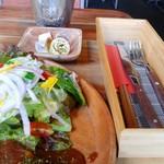 ガフウ ダイナー - サラダ、箸・ナイフ・フォーク。
