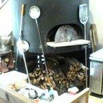 トラットリア・モキチ - ピザを焼く薪窯。
