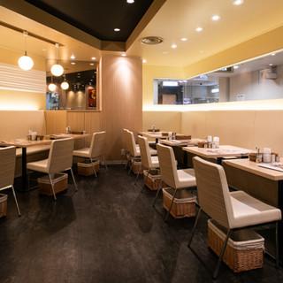 お洒落な雰囲気の空間で、ごゆっくりお食事をお楽しみください