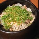 個室地鶏酒場 御蔵 - じゃこと桜海老の釜炊き土鍋飯