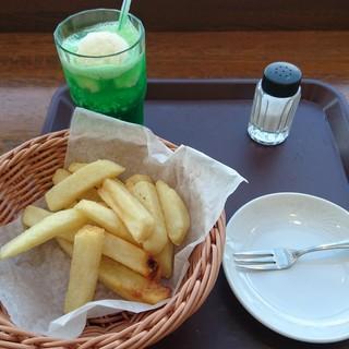 こびりっ子 - 料理写真:フライドポテト250円、クリームソーダ350円