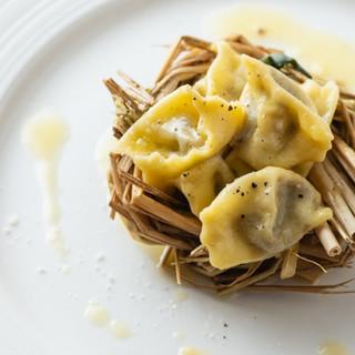 自家製パスタの郷土料理や、濃厚なドルチェも各種ご用意