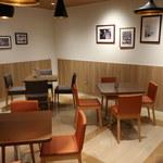 彩茶房 - テーブル席はシックで落ち着いた雰囲気。