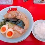 山岡家山形西田店 - 醤油ラーメン+味付けたまご+サイコロチャーシューと半ライス しめて1080円