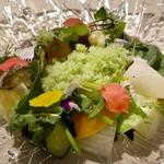 110022896 - *テーブルで「胡瓜のシャーベット」が中央に盛られ・・ よく混ぜて頂くのですけれど、 それぞれのお野菜が甘くて美味しいだけでなく、「胡瓜のシャーベット」やドレッシングがとても美味しい。 これだけで健康になれそう。^^