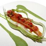 konvivio - Entrata             低温調理したサクラマスのサラダ仕立て / アスパラの下からサクラマスが顔を出す