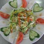 インド家庭料理 サンタナ - 自家製ドレッシングでお召し上がりくださいグリーンサラダ