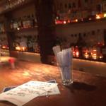ココン - 奥に長〜いカウンターの壁一面に酒瓶がずらりと並ぶ