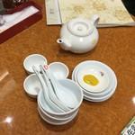 天津包子舘 - 【サービスのお茶や取り椀など】お茶は冷たいです。