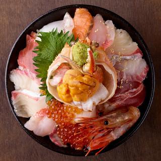 10種類の魚介がどっさり乗った<特上>海鮮丼をご堪能あれ♪