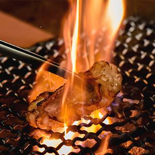肉を極めた「肉師」が目の前にある七輪で丁寧に焼き上げてご提供