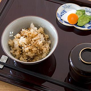 県北産コシヒカリと旬食材の炊き込みご飯を、こだわりの食器で