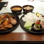 CHEDI LUANG - カレー2種ライス、葉物、チキン、豆の水煮、玉ねぎ、生春巻き、ゆで玉子、焼ズッキーニ等