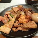 CHEDI LUANG - 春雨の辛い焼きそば、小エビの素揚げ、タイ風ピザ、チキンの香り揚げ、ゆで卵、トウモロコシの衣揚げ