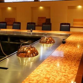 臨場感溢れるカウンターやテーブル席、和の設えの個室も完備