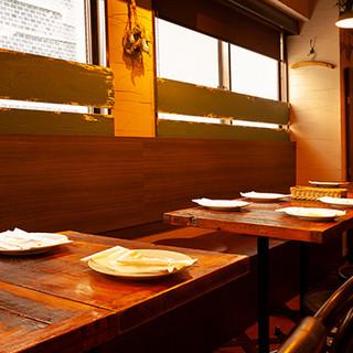 肩肘張らずに寛げる大人の空間で、食事と会話を愉しむ至福の時