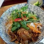 PHO CHAN - 豚焼肉のハーブのせビーフン単品(単品はセット価格から200円引き) オバマブンチャーのような甘酸っぱいスープで、好み別れる味ですが、これを提供する意気込みが素敵(o≧▽゜)o
