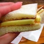 コブ - ボリューム満点、プロセスチーズのサンドイッチ