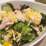 110081189 - 野菜たっぷりサラダ (´∀`)/ オニオンドレッシング