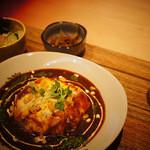 モカカフェ - とろとろのオムライスは絶品です。オムライスの中に入るライスは「15穀米」「チキンライス」から選べます