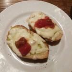 チーズ&肉バルOLIVE - アボカドとチーズのブルスケッタ
