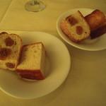 トラットリア カンパーナ - パンは自家製、フォカッチャと無花果パン