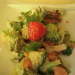トラットリア カンパーナ - サラダは6種類の野菜とイチゴ・林檎・パイナップル付き