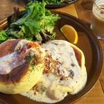ナカマチ カフェ - キノコとベーコンのクリームソースパンケーキ