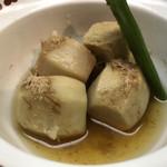 いけ田 - 里芋のうま煮。かつお節が効いていて薄味ながら美味しい。