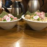 110153911 - 左:大盛                       右:                       ・濃厚魚介つけ麺 特盛(980円)                       ・特製仕様(300円)                       →トッピングが豪華になるやつ
