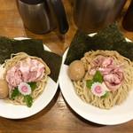 110153913 - 左:大盛                       右:                       ・濃厚魚介つけ麺 特盛(980円)                       ・特製仕様(300円)                       →トッピングが豪華になるやつ