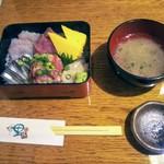 一里塚 - ランチ海鮮丼!小さなお重ですが綺麗じゃありませんか!