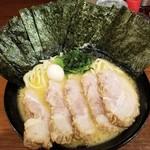 横浜家系ラーメン 池袋商店 - 醤油チャーシュー+のり。