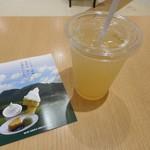 くじゅう高原の店 - ドリンク写真:カボスジュース 2019.5