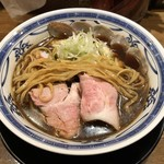 濃厚醤油麺 ミツジロウ - 全粒粉平打ち太麺