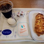 ヴィドフランス - モーニングセットのB390円はウインナーロール ドリンクはアイスコーヒー、さらにサービスのゆで卵も