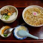 満留賀 - 料理写真:ミニネバネバ丼セット(温かいたぬきそば) 950円