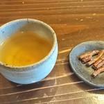 蕎麦きり 彦衛門 - そば茶と突き出しのかりんとう